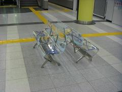 西早稲田駅のベンチ1