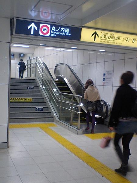 新宿三丁目駅のエスカレーター ■東京にはたまにこういう短いエスカレーターがあるんですが、老若男女